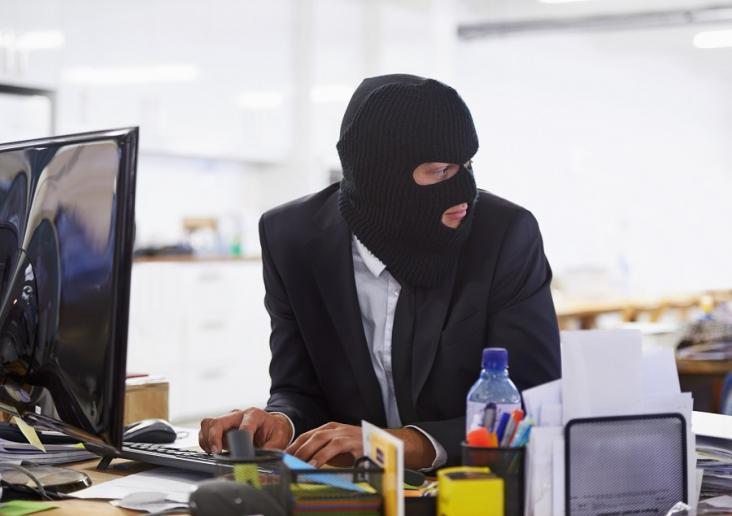 Evitando riesgos de ciberseguridad desde el puesto de trabajo